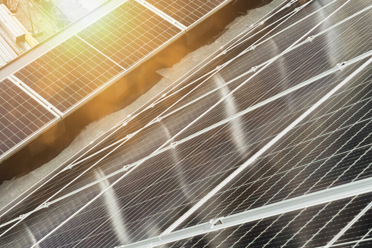 Bilden visar solpaneler på husens tak.