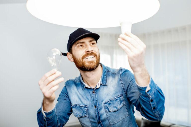 Bilden visar en person som ska byta till en led-lampa.