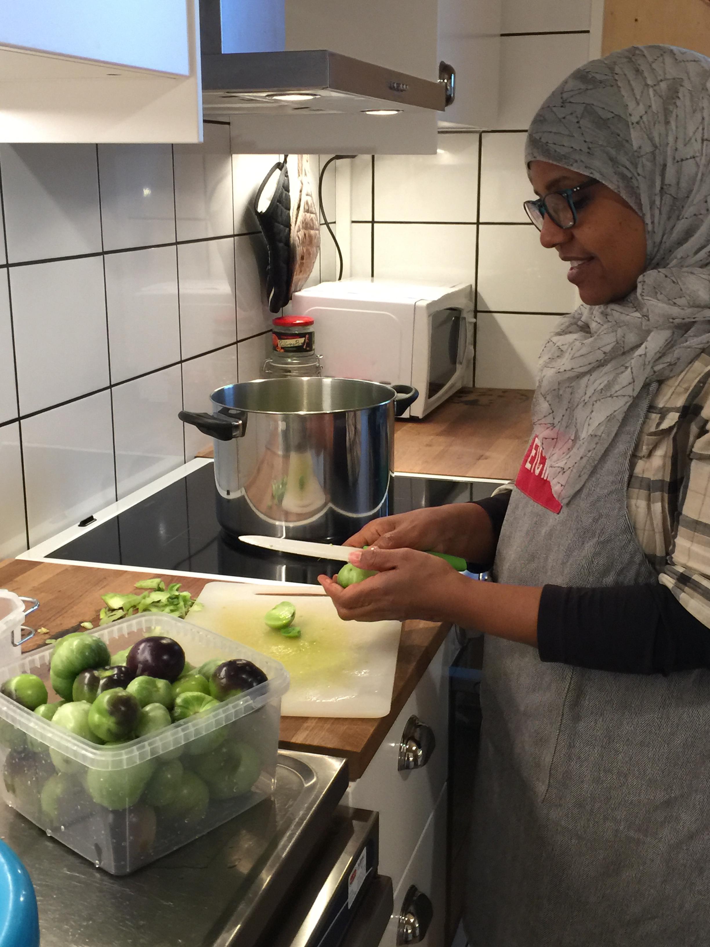 Niema förbereder chutneyn i köket.